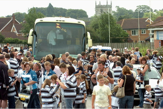 ALL EDITIONS News/Sport with Jo/James story 28/8/08 61567H11 Hull FC fans at Brantingham as the players head for Wembley. PICTURE: Simon Renilson