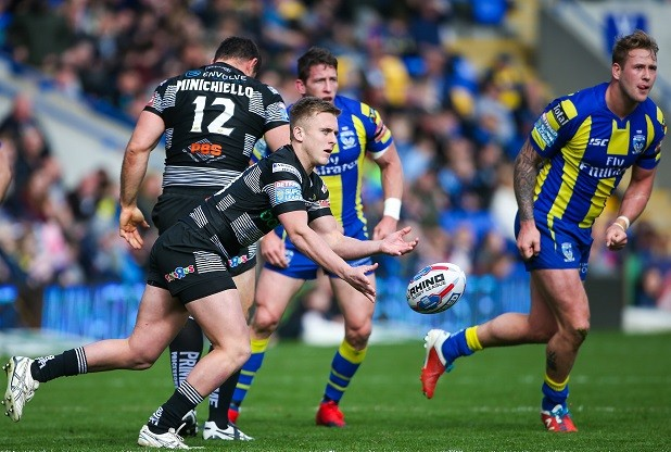 Picture by Alex Whitehead/SWpix.com - 01/04/2017 - Rugby League - Betfred Super League - Warrington Wolves v Hull FC - Halliwell Jones Stadium, Warrington, England - Hull FC's Jez Litten passes the ball.